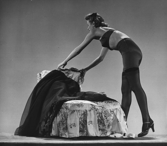 Фотомодель в колготках, 1942 год