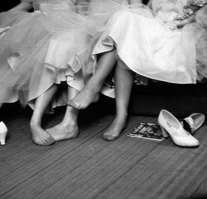 Девочки-подростки на балу, 1954 год