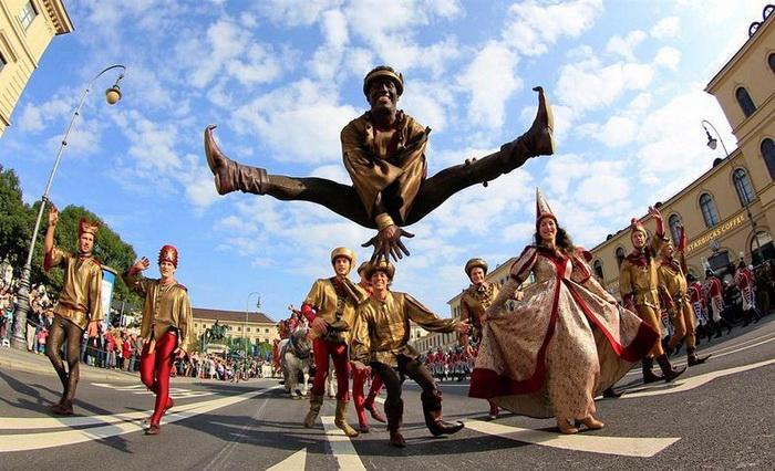 Торжественный костюмированный парад на открытии Октоберфеста-2012