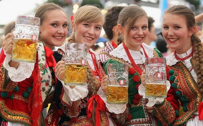 Девушки в национальных польских костюмах на пивном фестивале