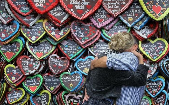 Октоберфест-2012: влюбленная пара на пивном фестивале