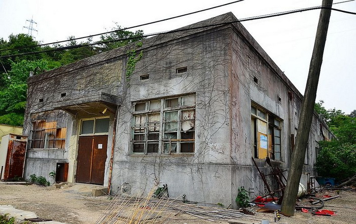 Полуразрушенное здание одного из корпусов завода ядохимикатов