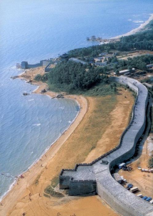 Великая китайская стена на границе с Бохайским морем