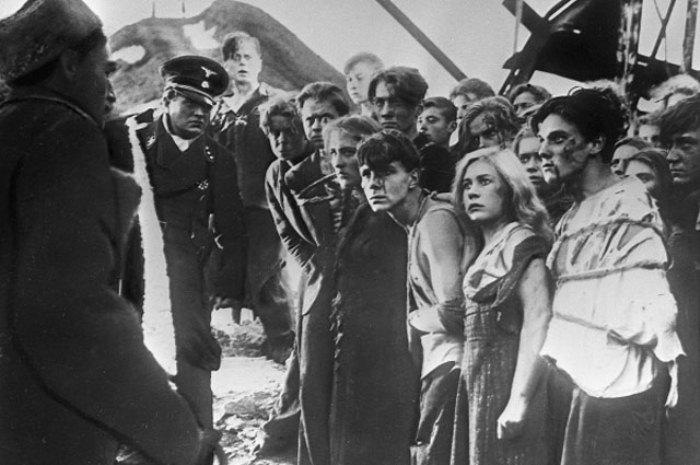 Кадр из кинофильма «Молодая гвардия», сцена перед казнью