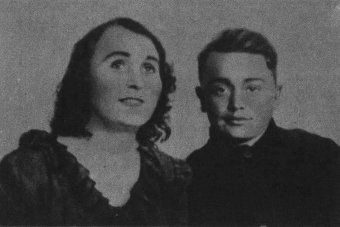 Герой-подпольщик Олег Кошевой с матерью