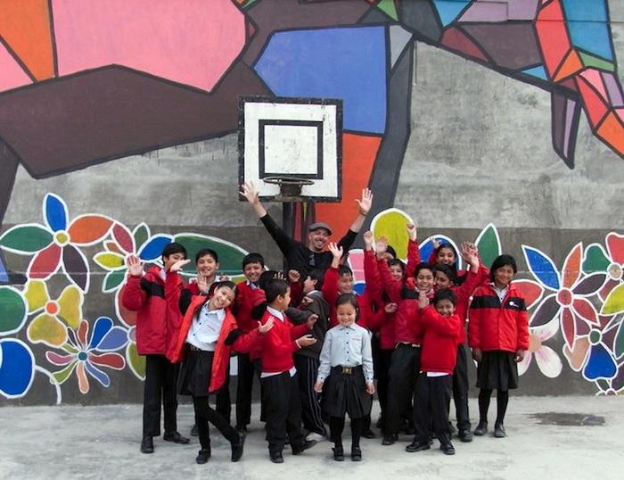 Гигантского слона помогали рисовать местные школьники