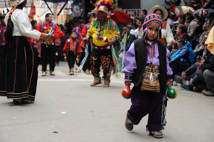 В карнавальном марше принимают участие и дети...
