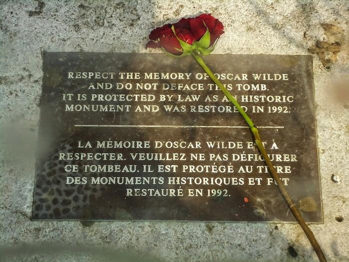 Мемориальная доска у памятника Оскару Уайльду