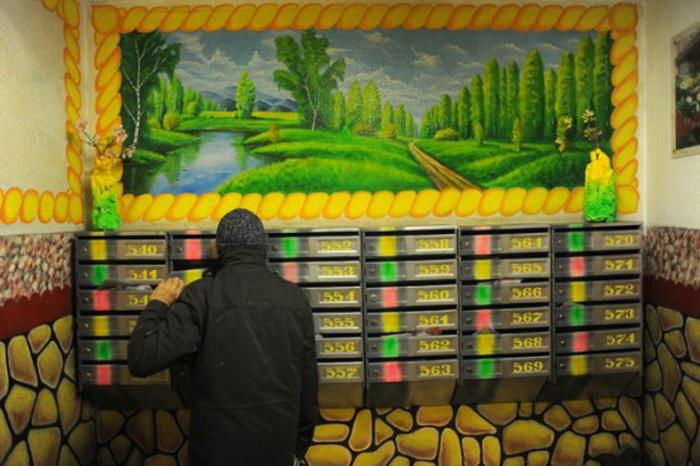 Радужные почтовые ящики в необычном подъезде. Рисунки Дмитрия Бочкарева