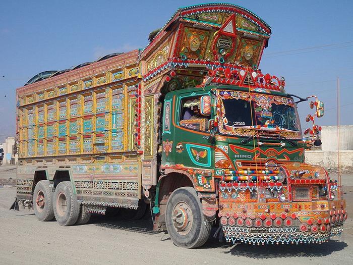 Обычай украшать грузовики появился в 1920-е годы.