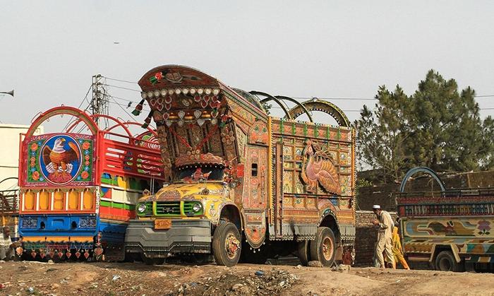 Пакистанские дальнобойщики обязательно украшают свой транспорт.