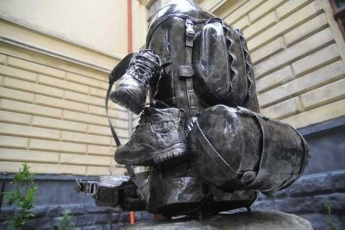 Памятник туристическому рюкзаку во Львове.