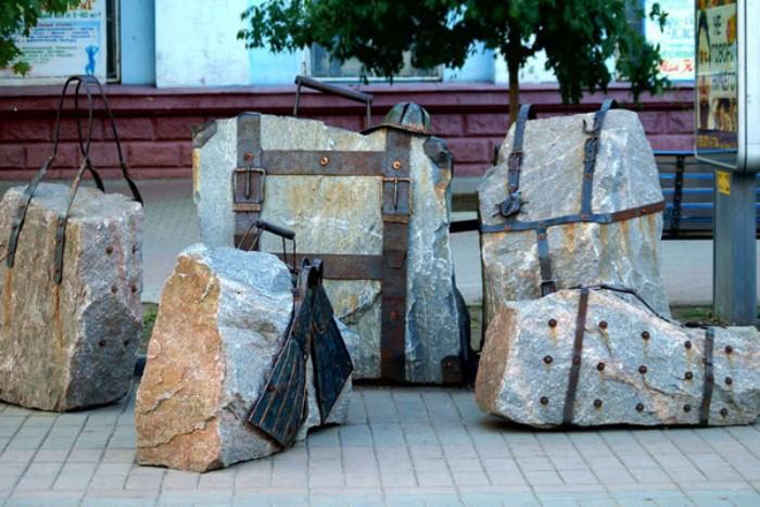 Памятник туристам с чемоданами в Бердянске.