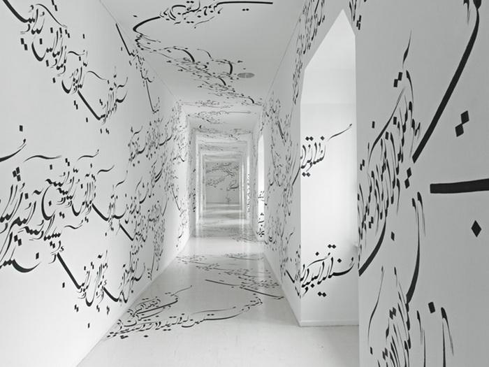 Белоснежная комната украшена арабской вязью