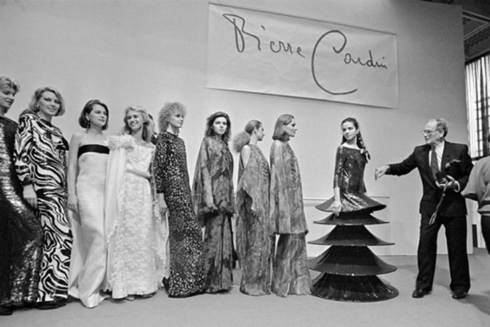 Показ мод от Пьера Кардена.