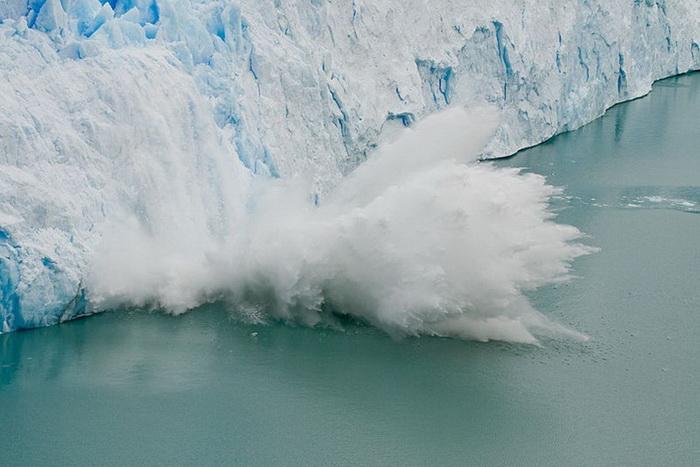 Большой кусок льда отламывается от Перито-Морено. Аргентина, 2007 г.