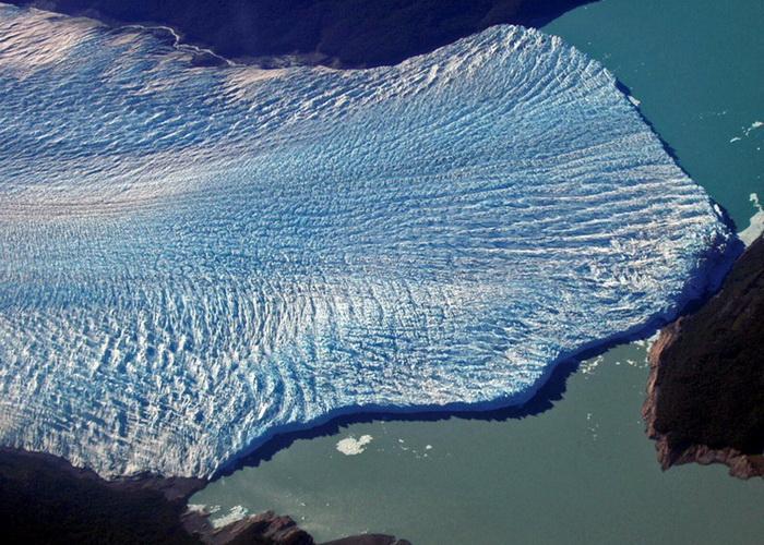 Ширина языка Перито-Морено составляет 5 км, средняя высота — 60 м над поверхностью воды