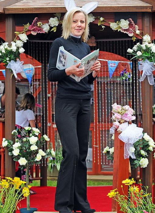 Анна Кларк с удовольствием проводит регистрацию *собачьих* браков