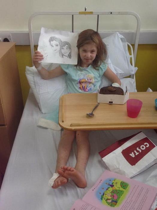 Оливия Фарнсворт в больнице после того, как ее сбил автомобиль