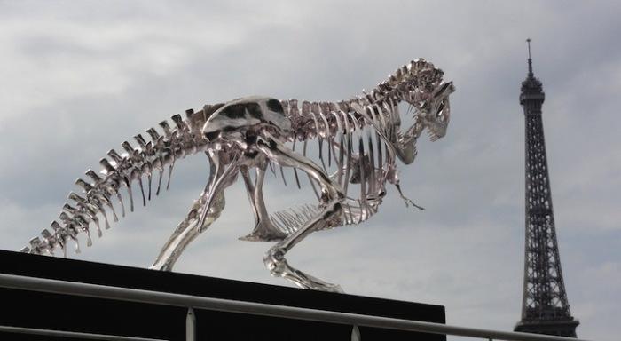 Скульптура тираннозавра выполнена в натуральную величину