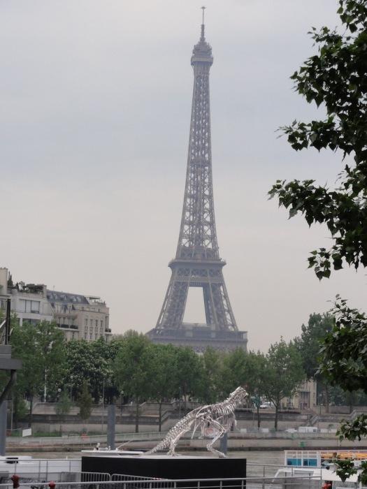 Скульптура тираннозавра - новая парижская достопримечательностей