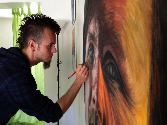 Дино Томик  (Dino Tomic) в процессе работы над портретами