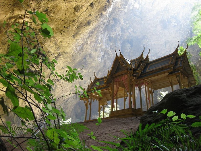 Павильон Kuha Karuhas в таиландской пещере Phraya Nakhon