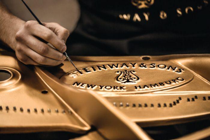 Steinway - старейшая компания по изготовлению роялей.