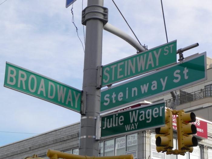 Современный указатель на улицу Steinway.