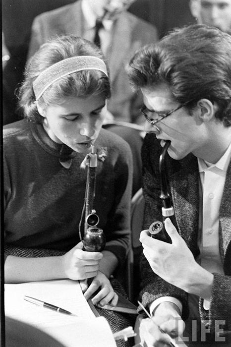 Романтическая пара курильщиков