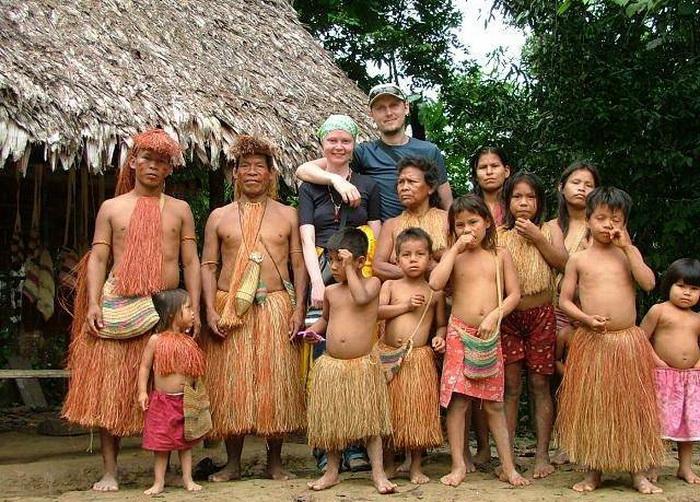 Дэниэл Эверетт и его жена вместе с индейцами