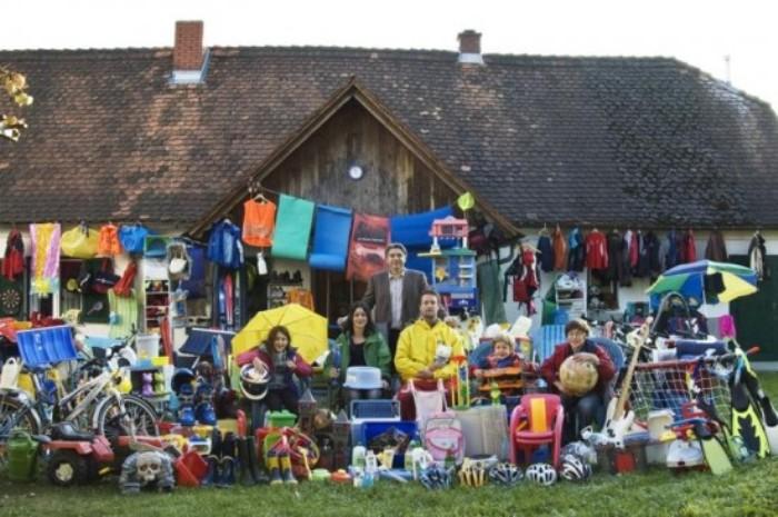 Семейное фото Krautwaschl с грудой пластиковых изделий