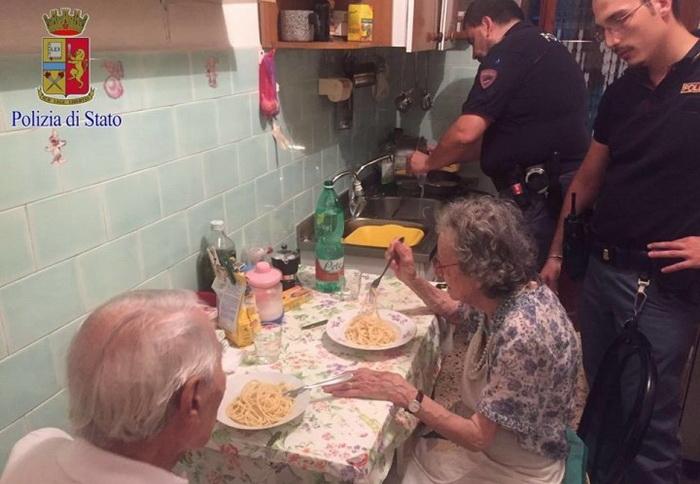 Полицейские приготовили ужин для пожилой пары