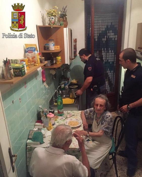 Полицейские окружили пожилую пару заботой