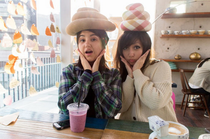 Кореянки с удовольствием фотографируются на память с подушками на голове
