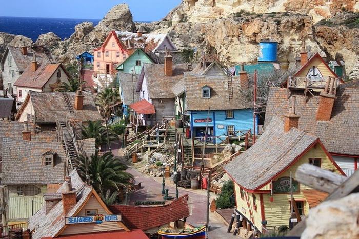 Для съемок было построено 19 деревянных домов