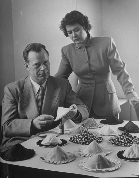 Чарльз Лангс со своей женой. Изобретатель клейкого бюстгальтера