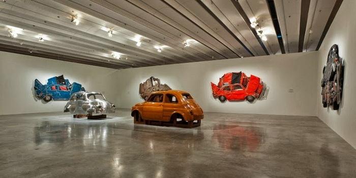 Автомобили под прессом: оригинальная инсталляция от Рона Арада