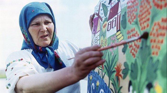 Мария Примаченко за работой