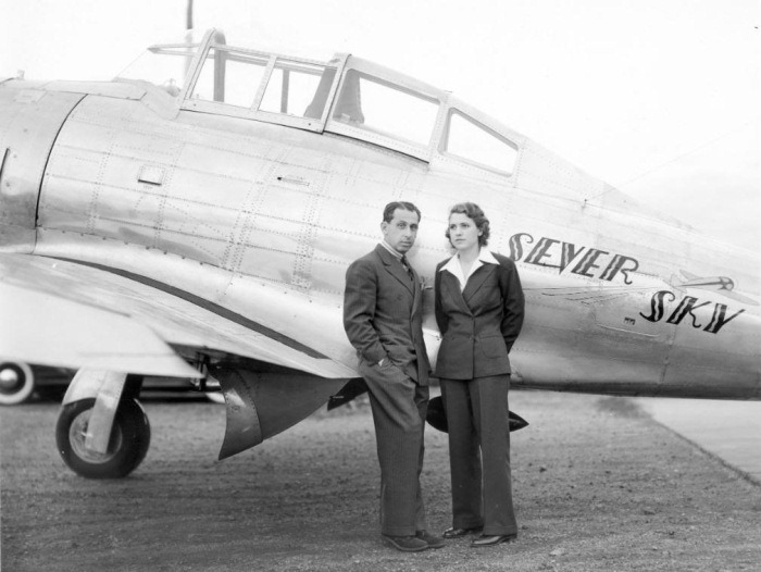 Александр де Северский с женой возле своего самолета.