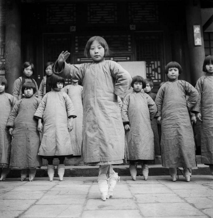 Девочки на занятиях в театральной студии при Пекинской опере. Пекин, 1934 г.