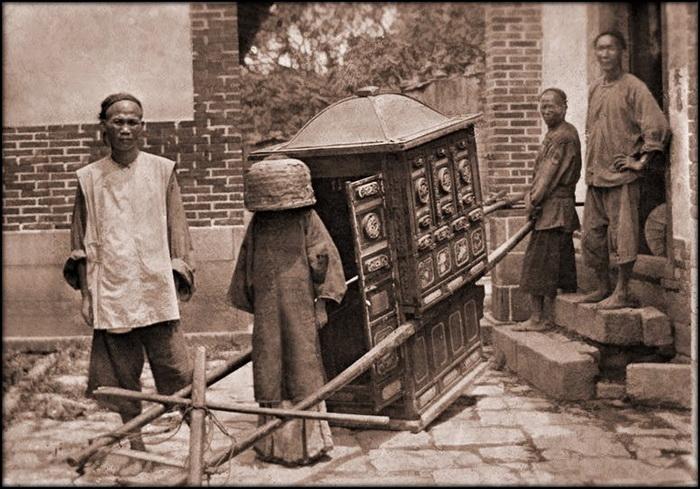 Невеста перед свадьбой. Обычно девушки закрывали лицо красной вуалью, но у этой невесты на голове пустая корзина. Фучжоу, провинция Фуцзянь. Около 1911-1913 гг.