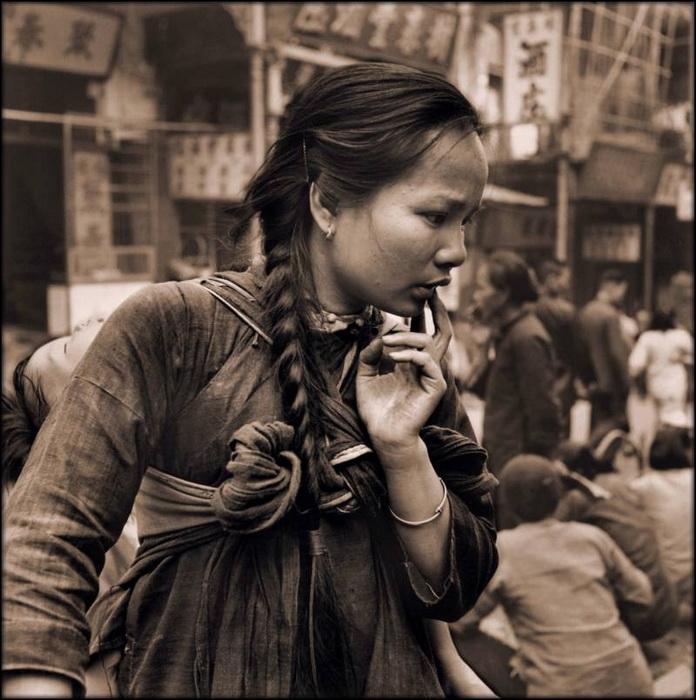 Женщина с ребенком на рынке. Гонконг, 1946 г.