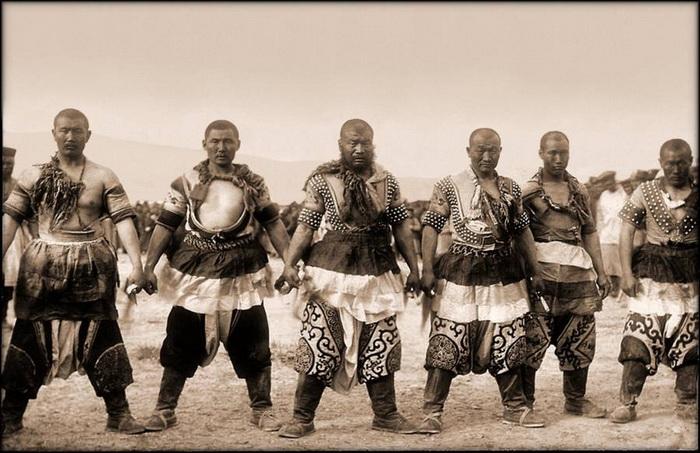 Монголы в традиционных нарядах. Во время культурной революции по обвинению в сепаратизме пострадало почти 23 тысячи жителей Внутренней Монголии. Хэбэй, 1909 г.