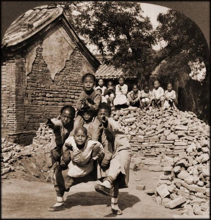 Дракон. Школьники взбираются друг другу на плечи. Пекин, 1902 г.
