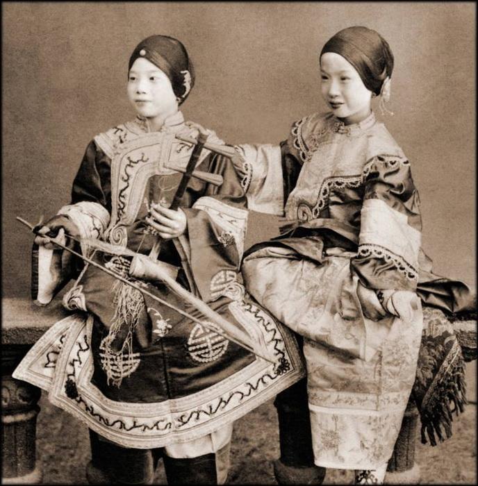 Две певицы позируют для снимка. В руке одной из них старинных музыкальный инструмент эрху. Гонконг, 1901 г.