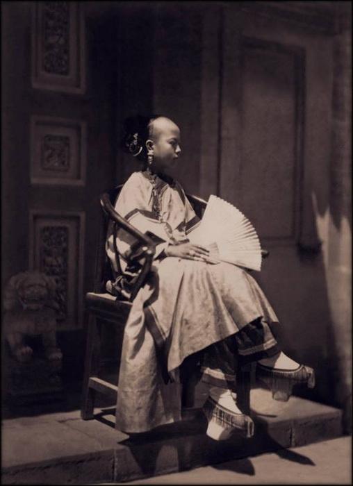 Девушка с веером. Пекин, ок. 1861 - 1864 гг.