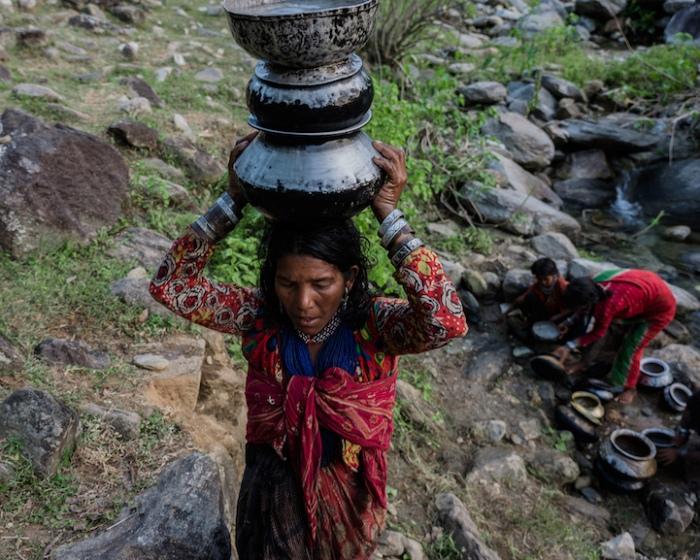 Женщины носят воду