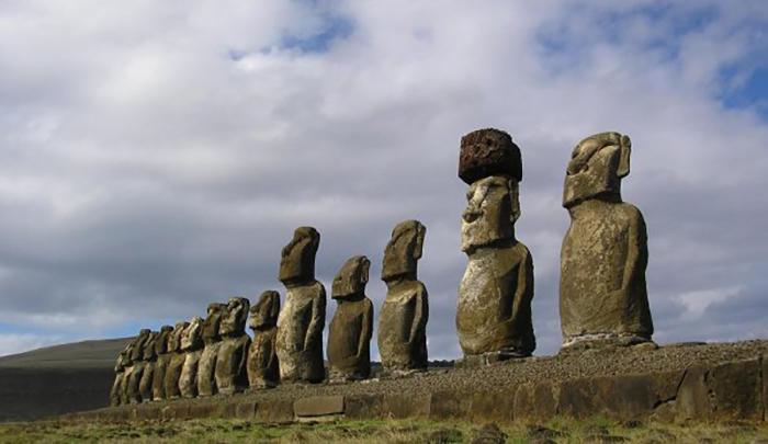 Объяснить перемещение гигантских статуй по острову ученым пока не удалось.