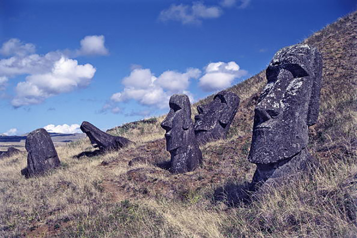 Статуи сделаны из вулканической породы.